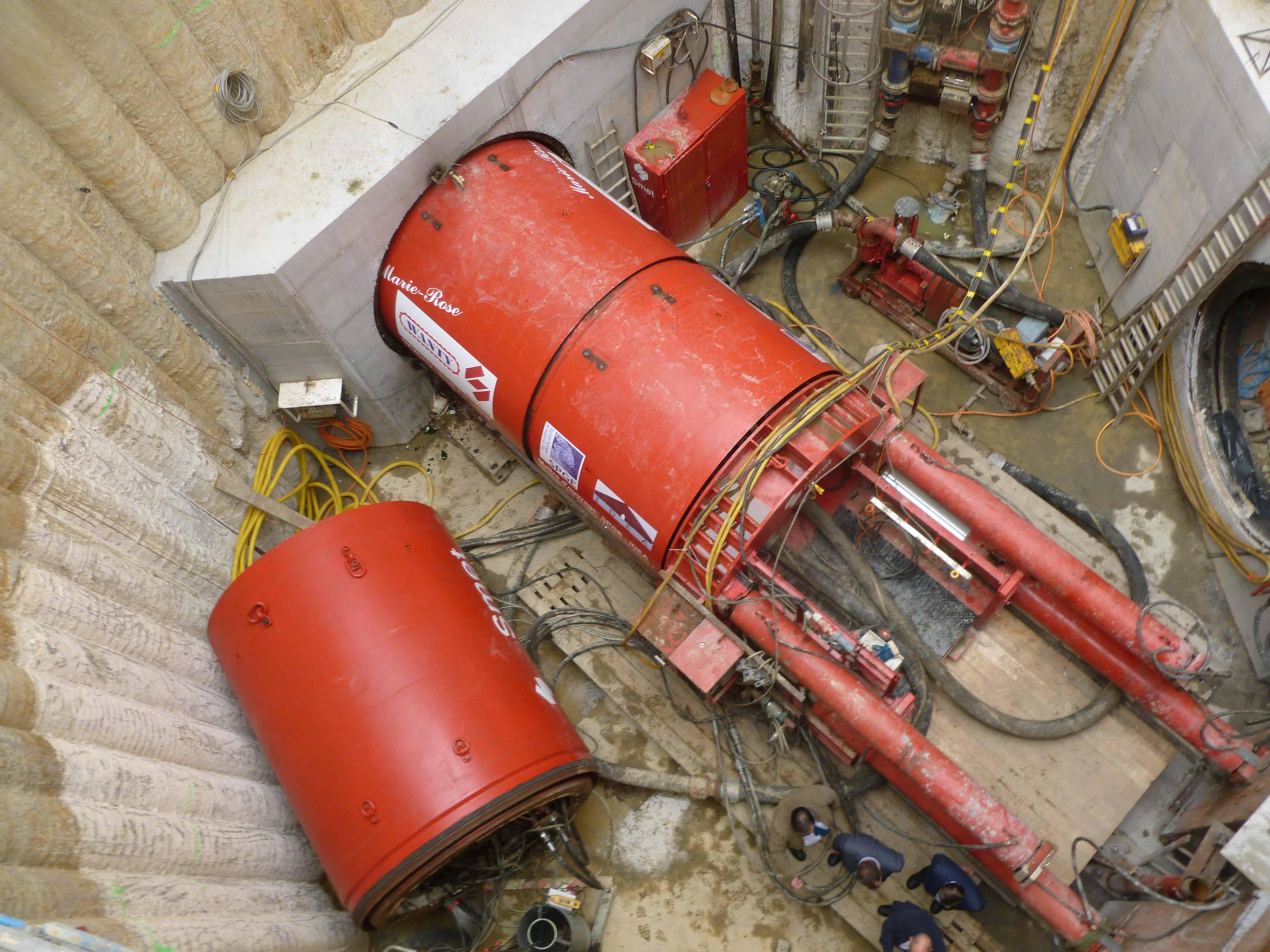 Au fond du puits, le tunnelier est entré en action.