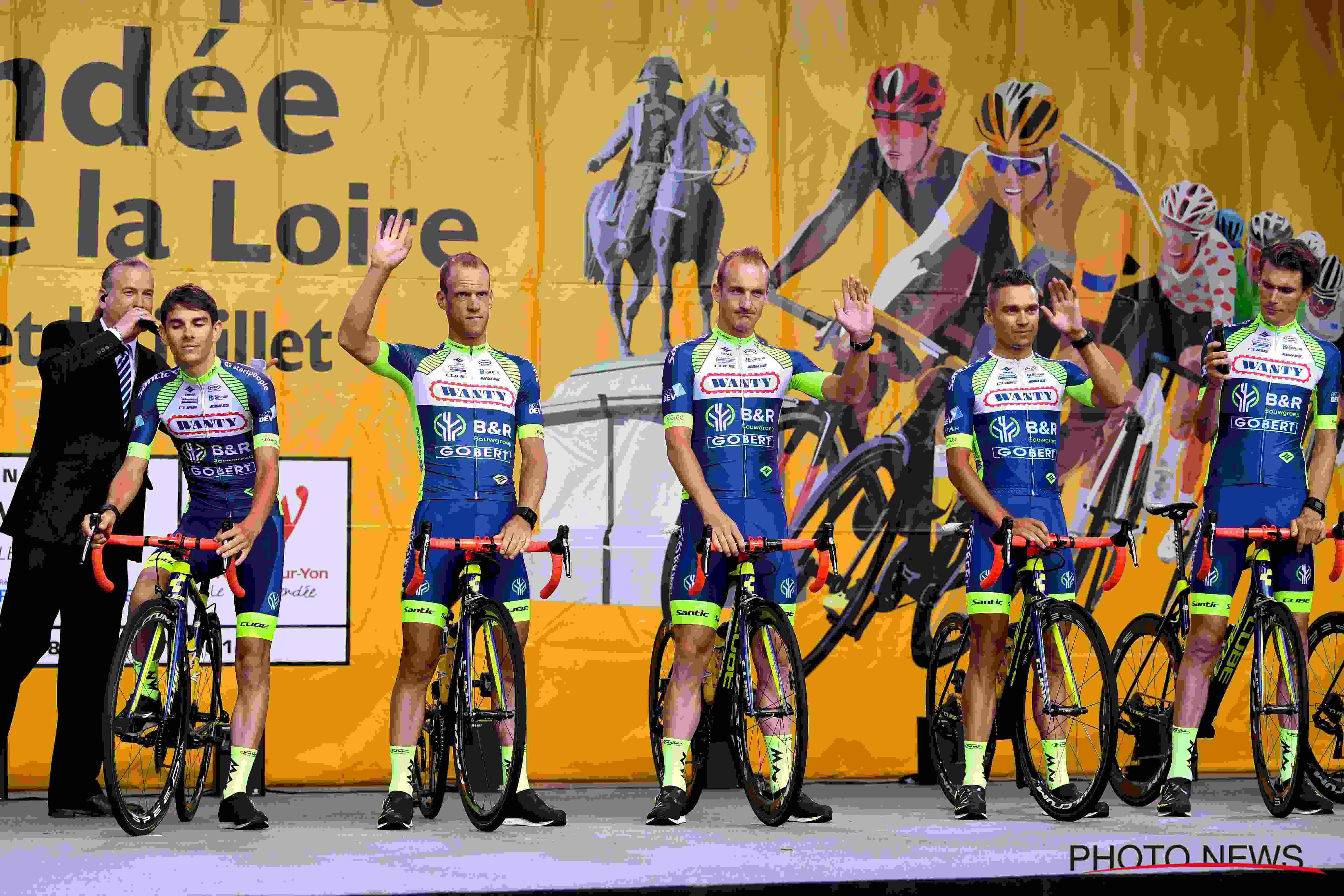Notre équipe sur le podium lors de la présentation officielle du Tour.
