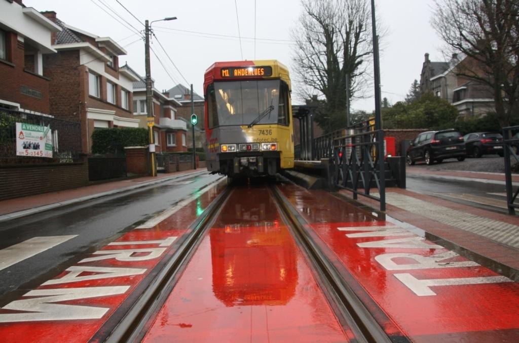 Quatre arrêts de tram ont été construits (2 à Anderlues, 2 à Fontaine).